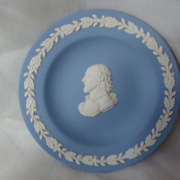 WEDGEWOOD JASPER WARE BLUE DISH MAN PROFILE GARLAND ON RIM